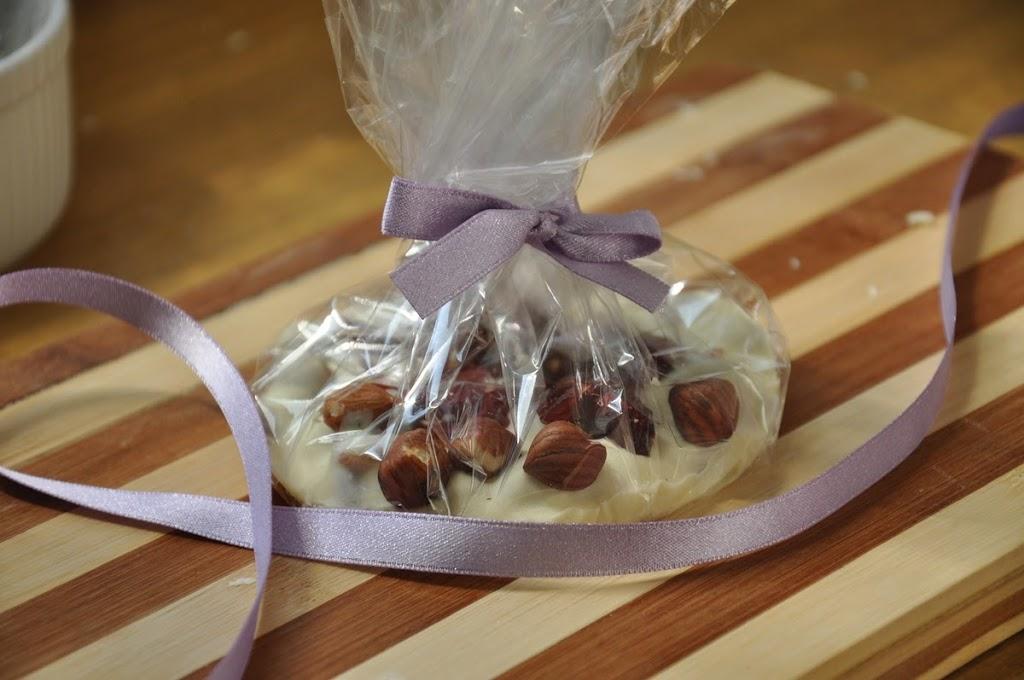 Biała czekolada z żurawiną i orzechami laskowymi