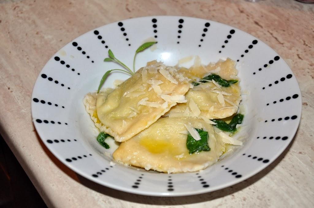 Ravioli ze szpinakiem i ricottą w maśle szałwiowym