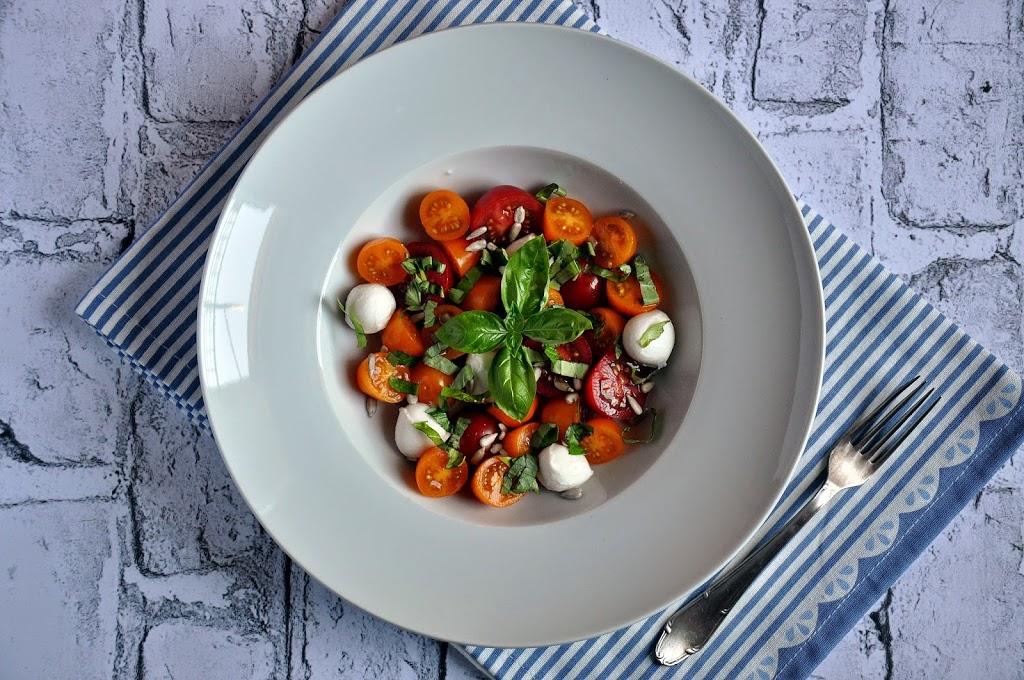 Lekka sałatka z pomidorów żółtych i truskawkowych z bazylią i mozzarellą
