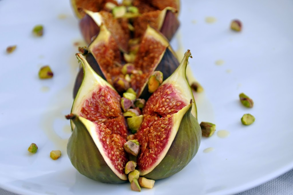 Figi z miodową śmietanka i pistacjami