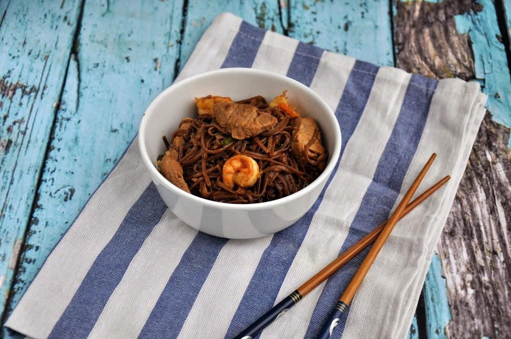 Stir-fry z polędwiczką, krewetkami i makaronem soba