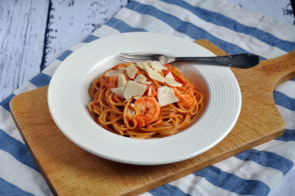 Pełnoziarniste spaghetti z krewetkami i kremowym sosem pomidorowym