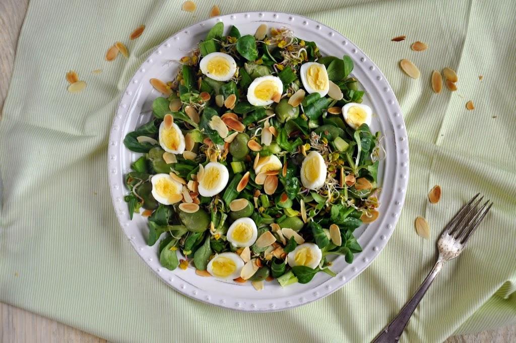 Sałatka wiosenna z bobem, jajkami przepiórczymi i miodowym sosem winegret