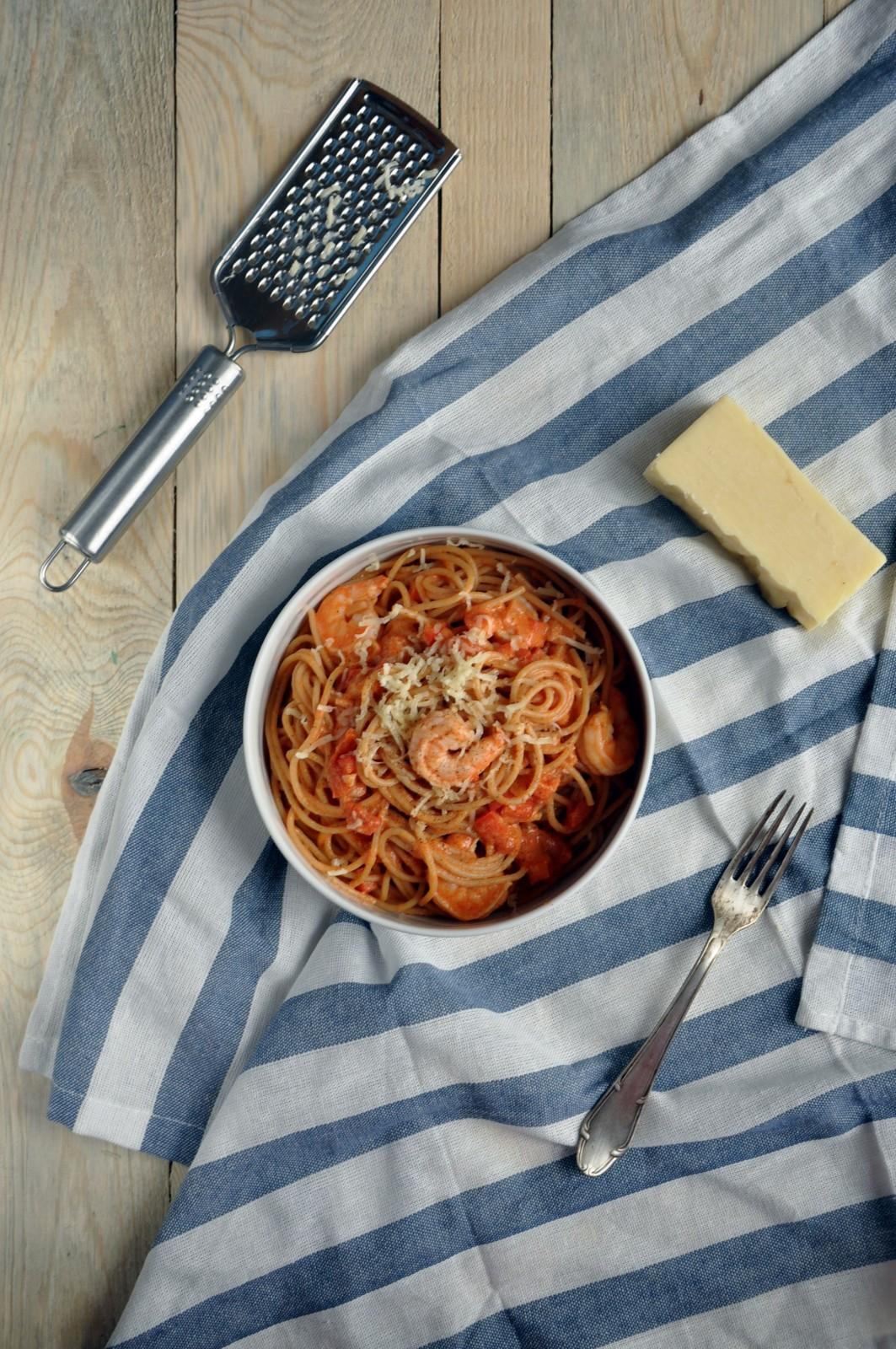Pełnoziarniste spaghetti z krewetkami i papryką w sosie pomidorowym z serem cheddar