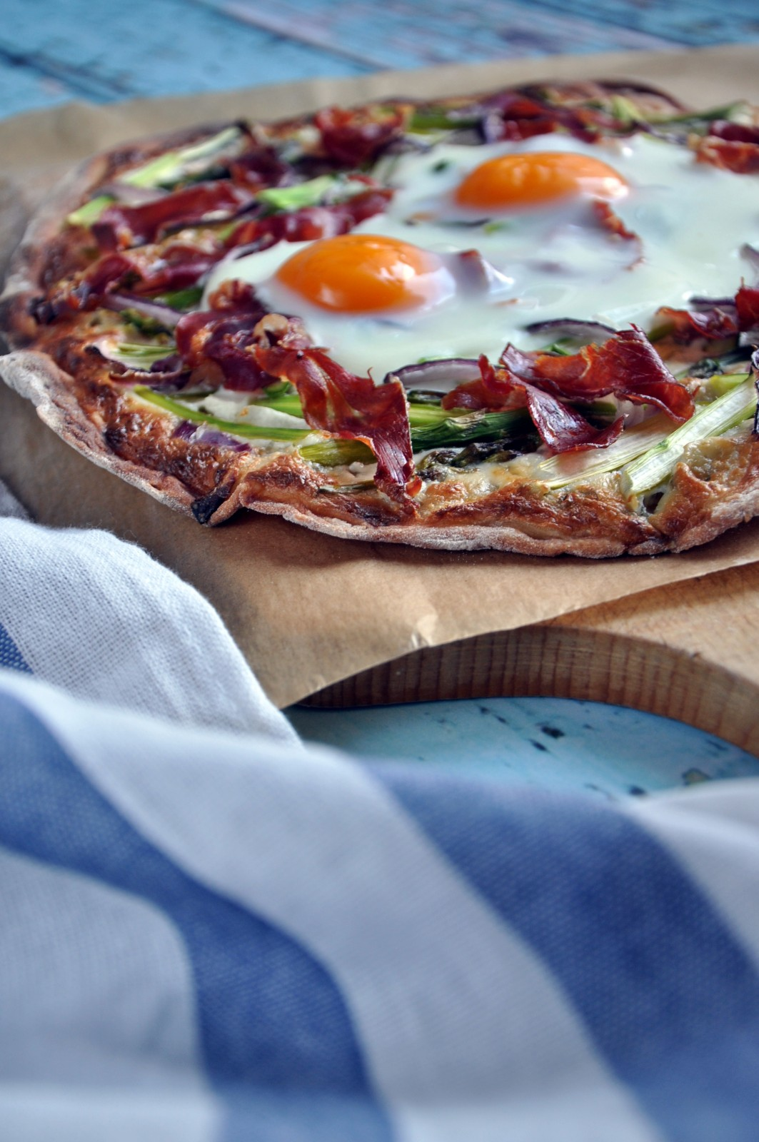 Pizza ze szparagami, szynką serrano i jajkiem