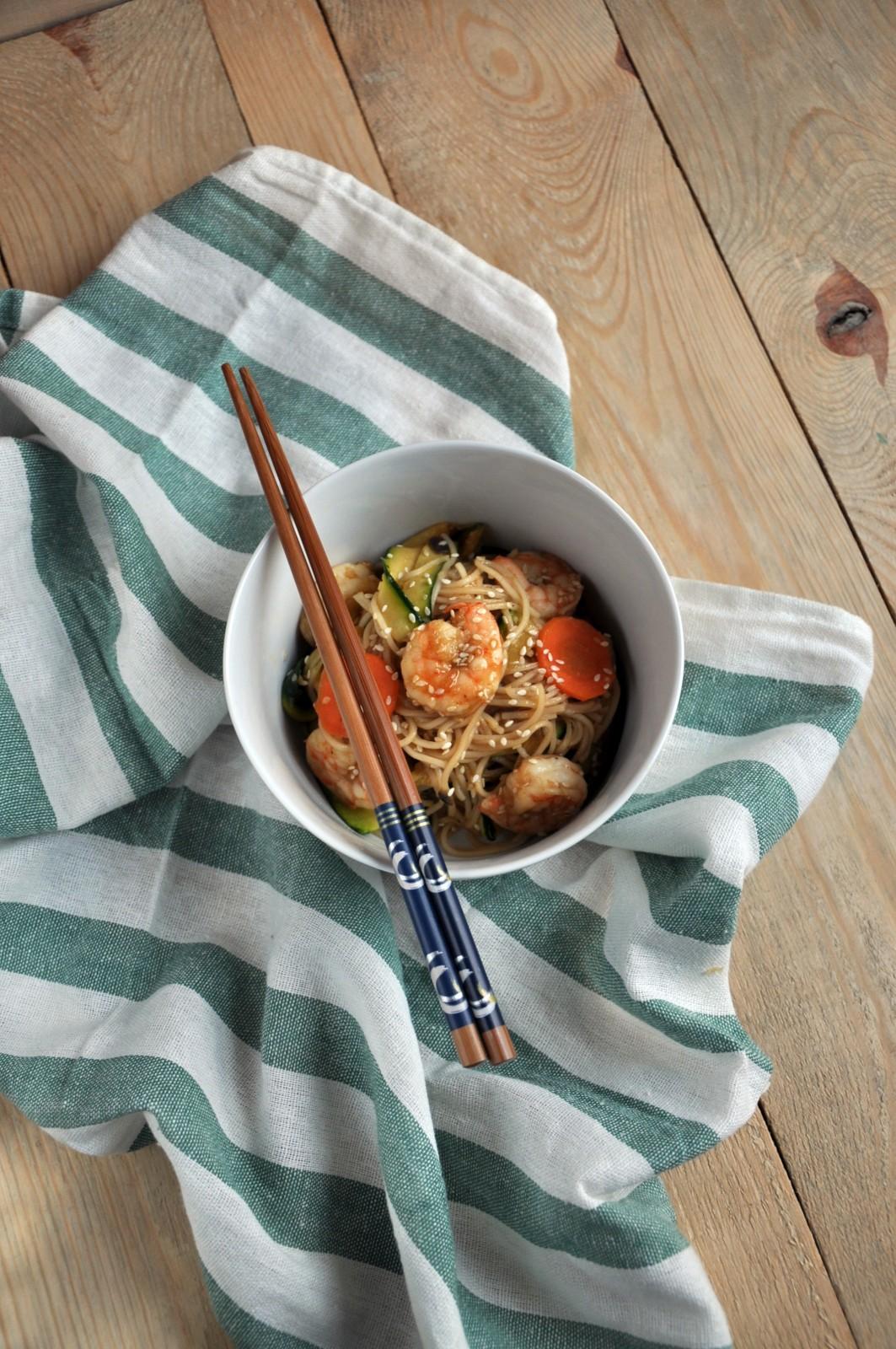 Makaron chow mein z krewetkami, cukinią, marchewką i świeżym imbirem