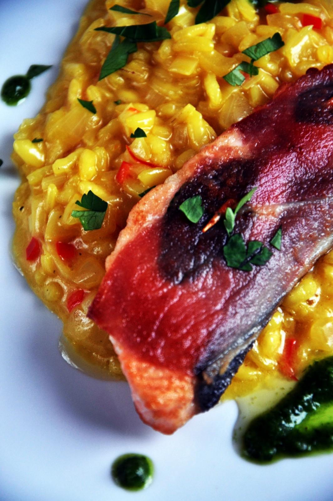 Saltimbocca z łososia i risotto milanese z porem i pesto bazyliowym
