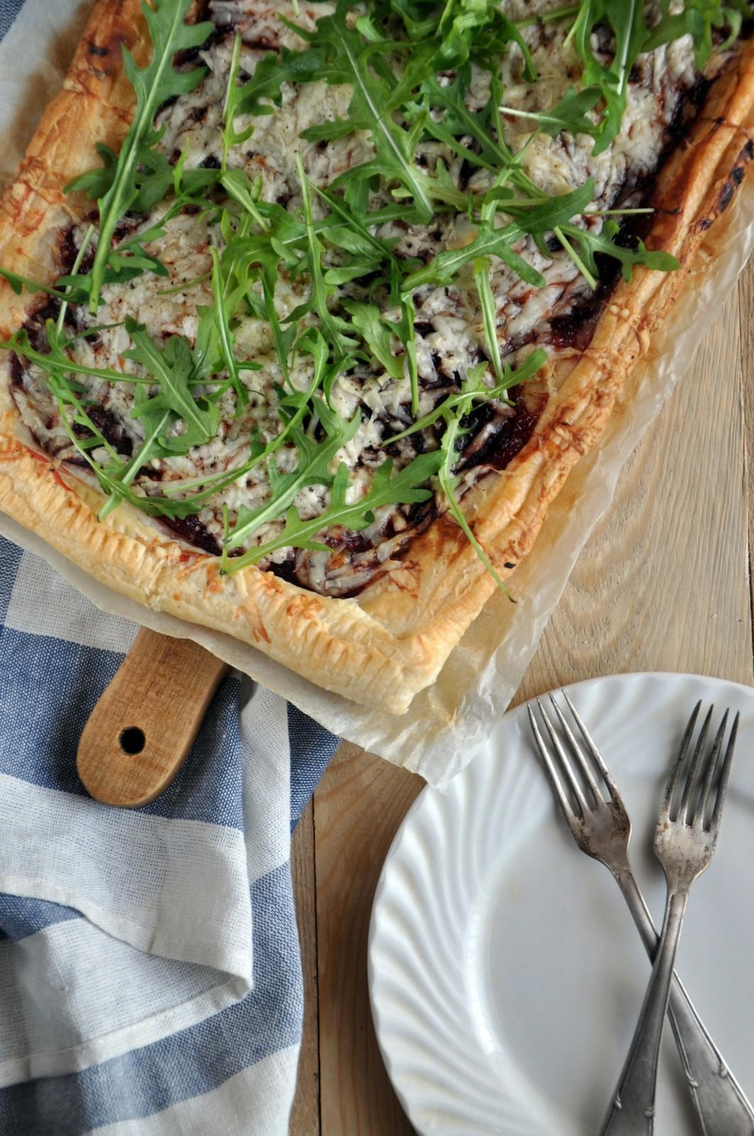 Tarta z karmelizowaną cebulą, burakiem i kozim serem na cieście francuskim