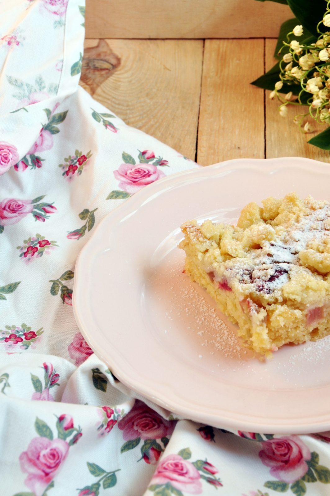 Ciasto drożdżowe z rabarbarem i kruszonką – bez wyrabiania