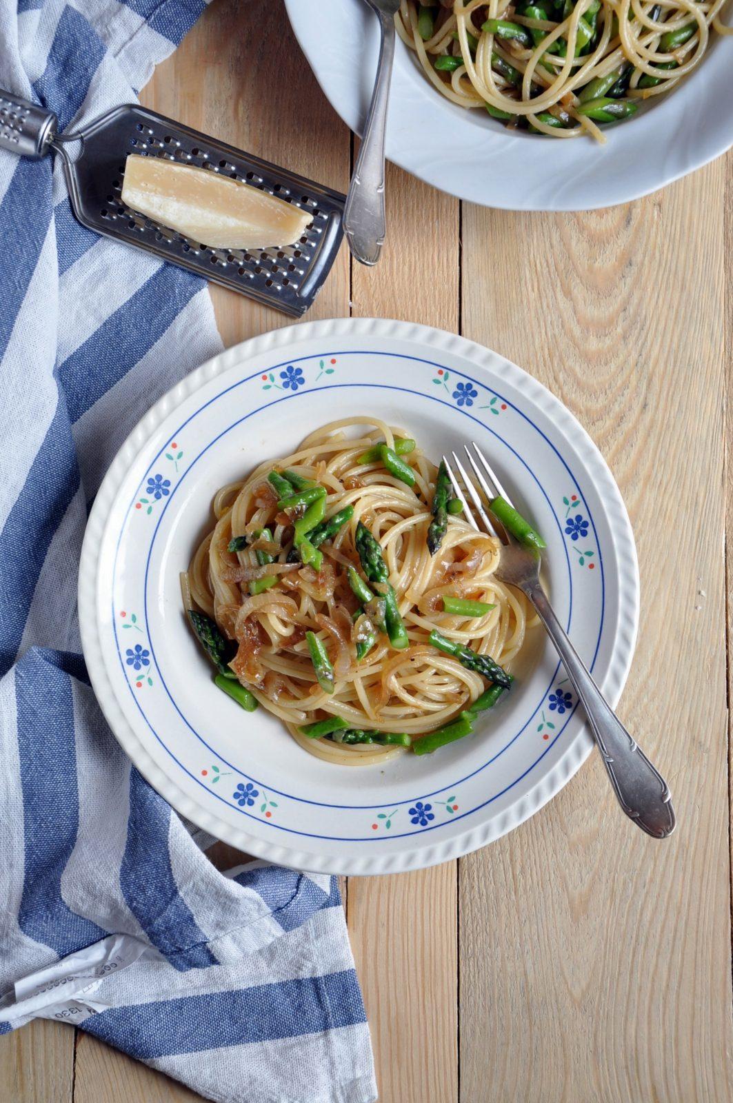 Spaghetti z karmelizowaną cebulą i szparagami