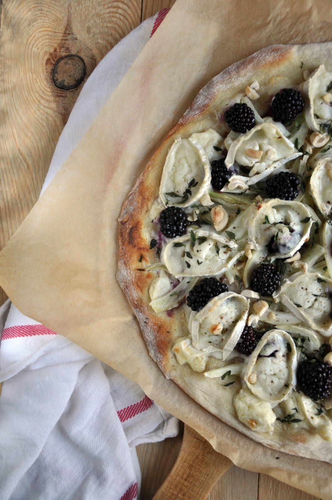 Pizza z jeżynami, fenkułem, kozim serem i świeżym tymiankiem