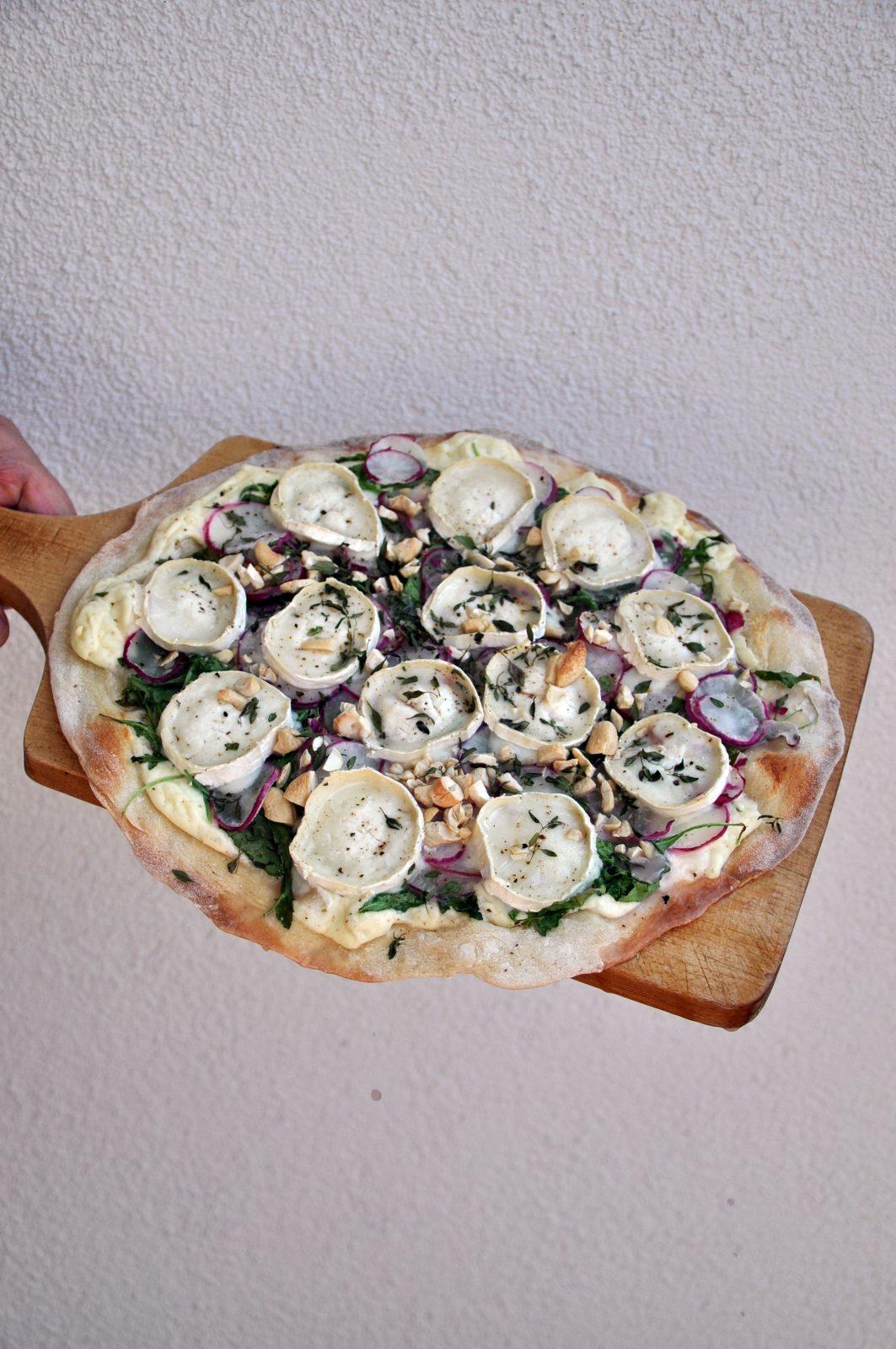 Pizza z rzodkiewką, kozim serem, rukolą i świeżym tymiankiem