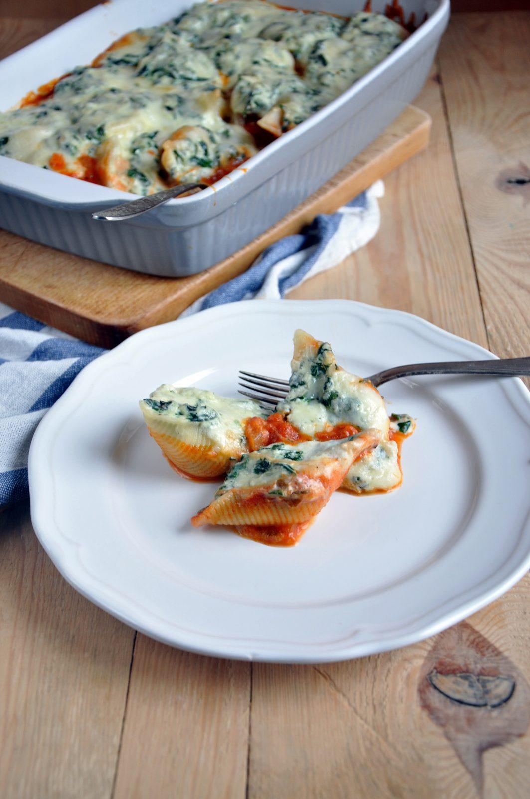 Muszle makaronowe nadziane szpinakiem i serem. Zapieczone w domowym sosie pomidorowym