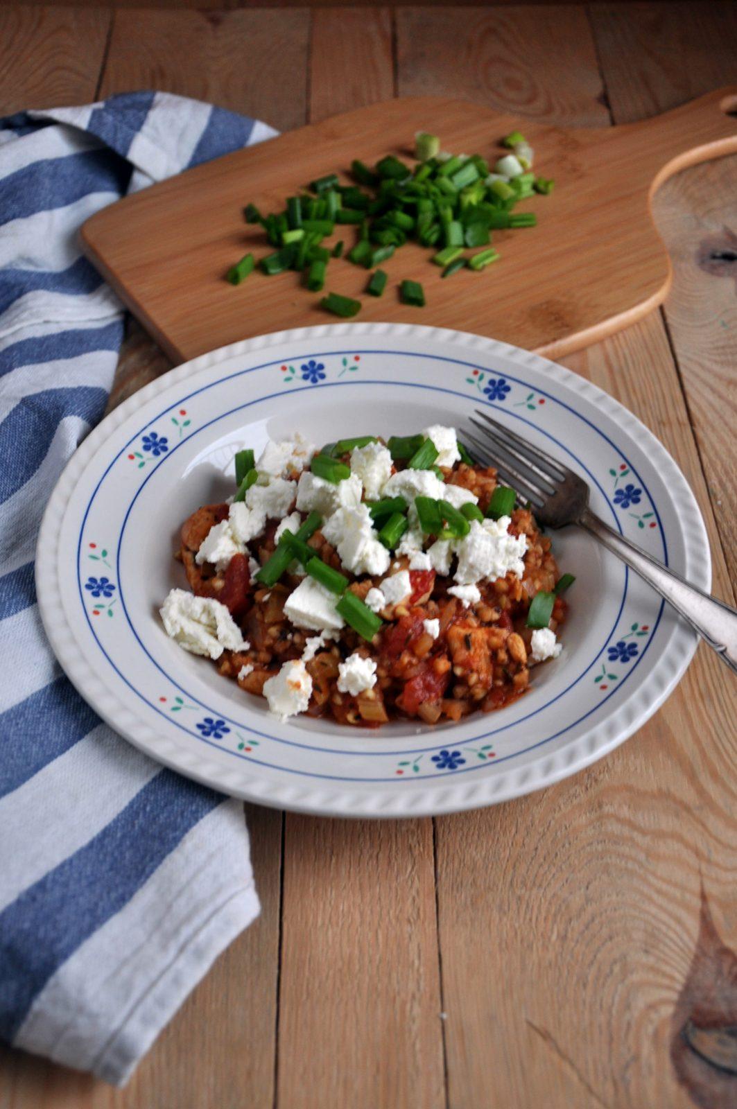Kaszotto z białej kaszy gryczanej z pomidorami, kurczakiem, selerem naciowym i fetą