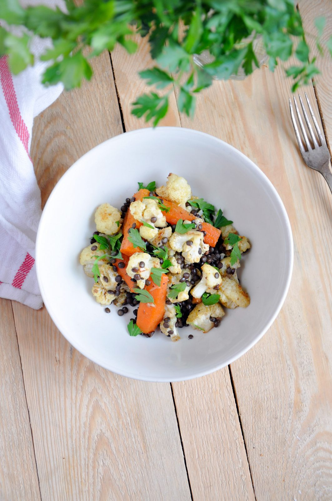 Sałatka z pieczonego kalafiora z marchewką i kuminem, czarną soczewicą i dressingiem miodowo – cytrynowym