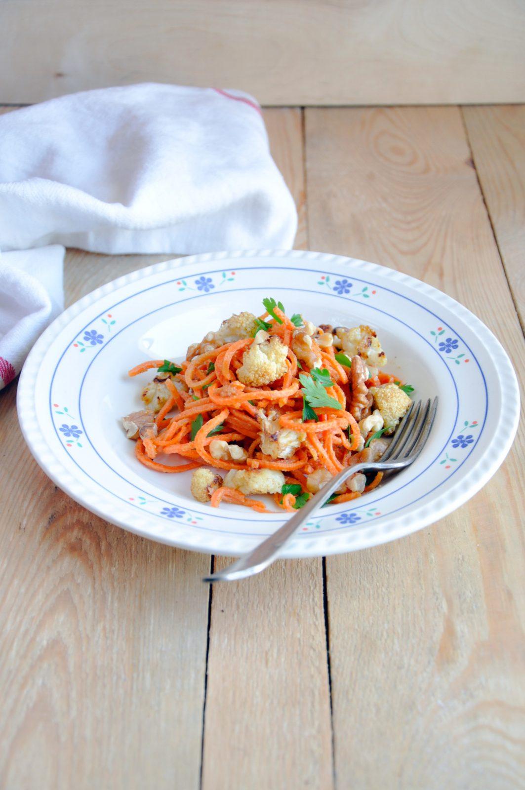 Spaghetti z marchewki z tahini i pieczonym kalafiorem