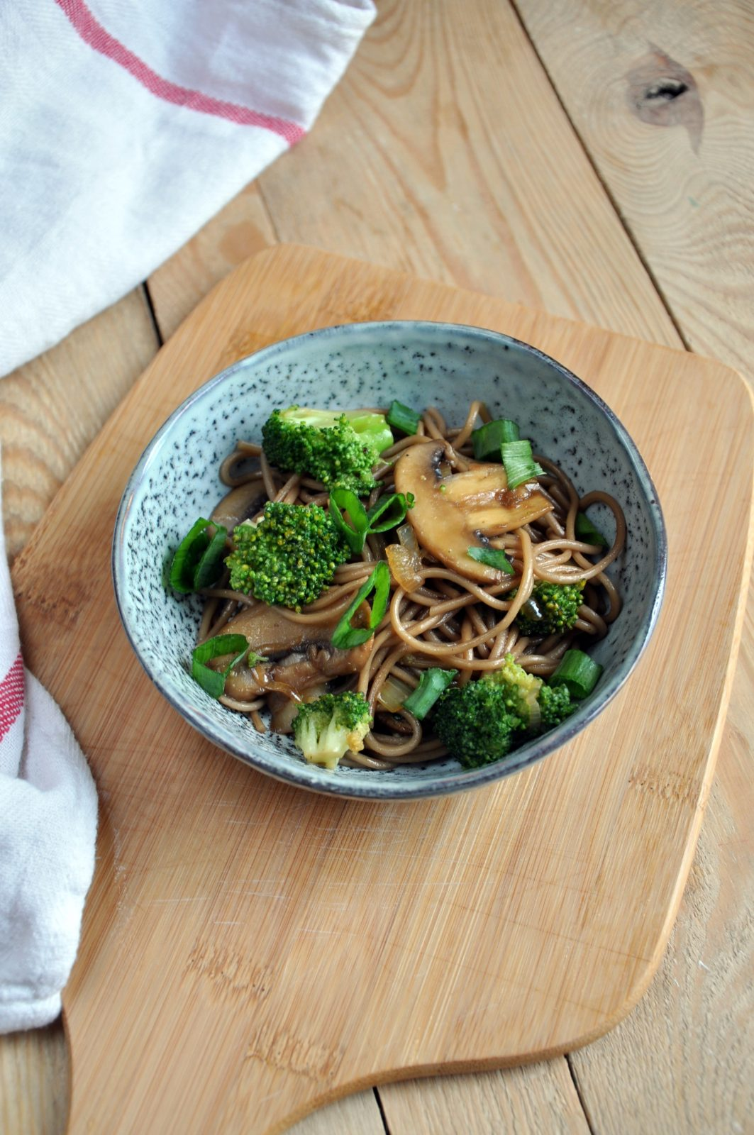 Stir-fry z brokułem, pieczarkami, dymką i makaronem soba