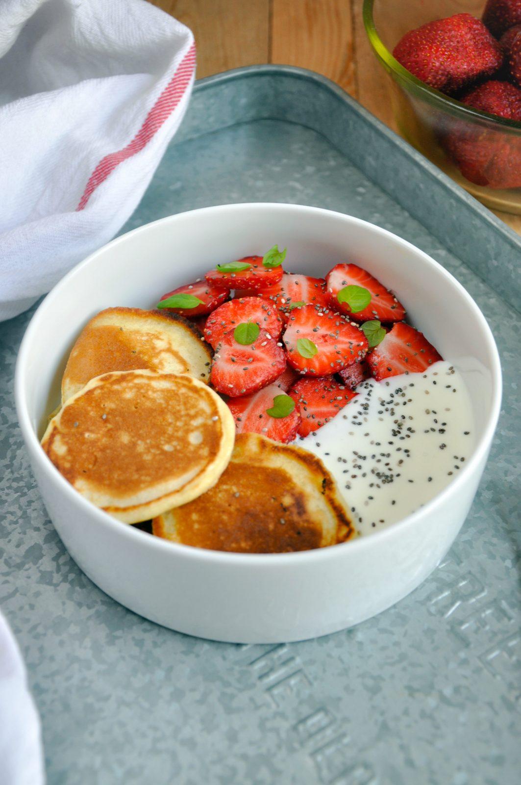 Puszyste placuszki podane z truskawkami i jogurtem naturalnym