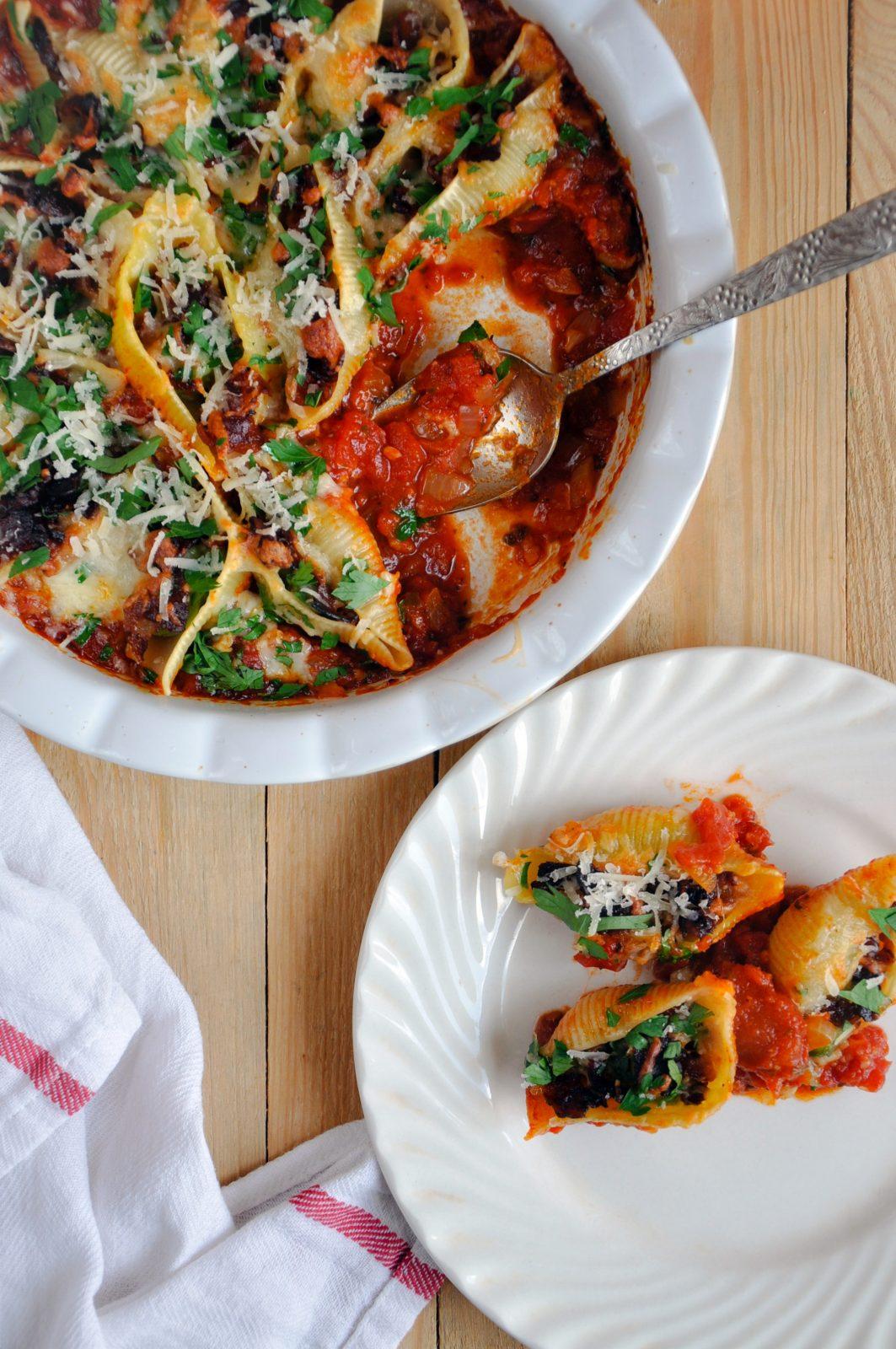 Muszle makaronowe nadziane bobem, boczkiem i mozzarellą. Zapieczone w domowym sosie pomidorowym