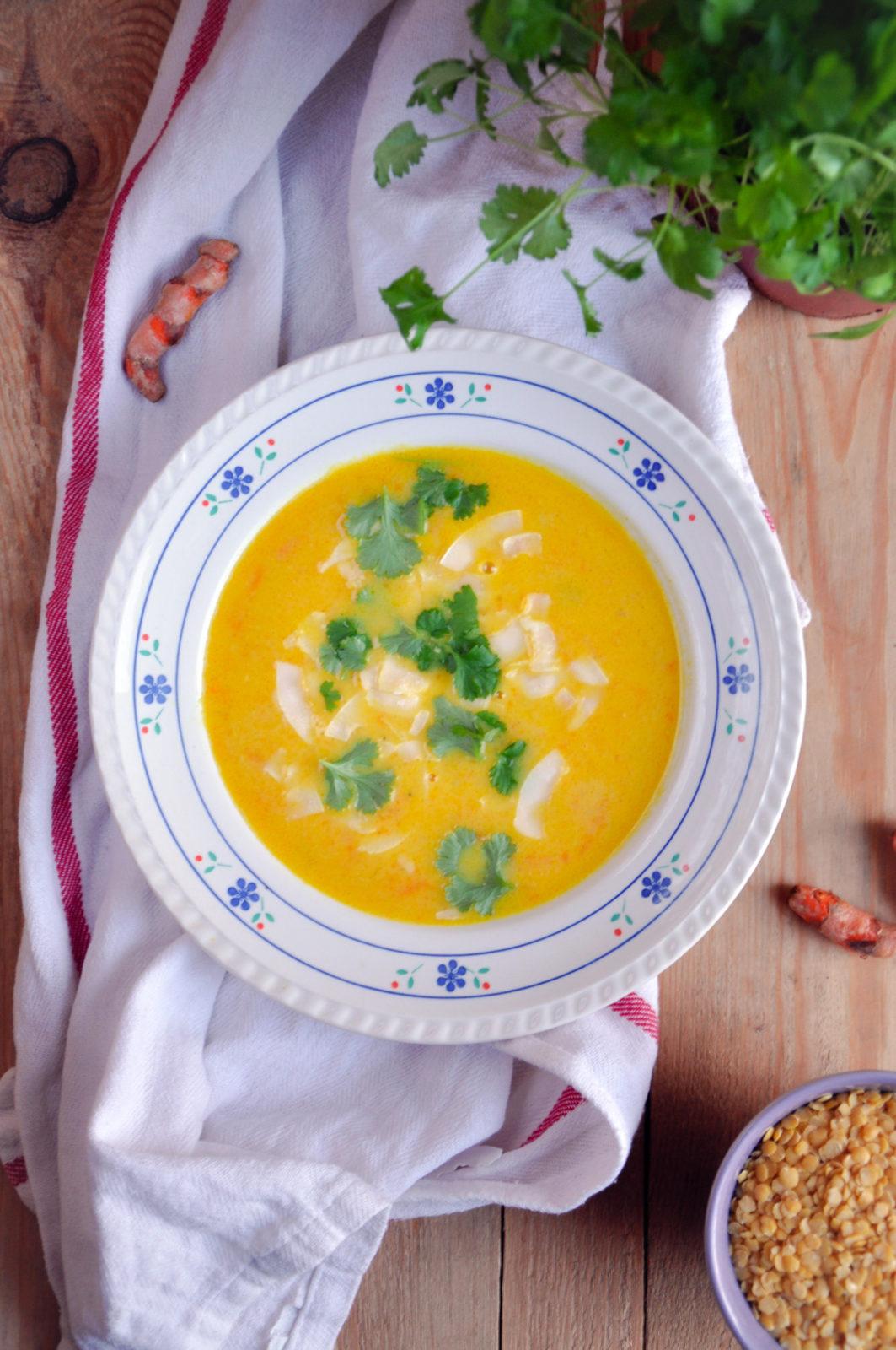 Zupa z żółtej soczewicy z mleczkiem kokosowym i świeżą kurkumą