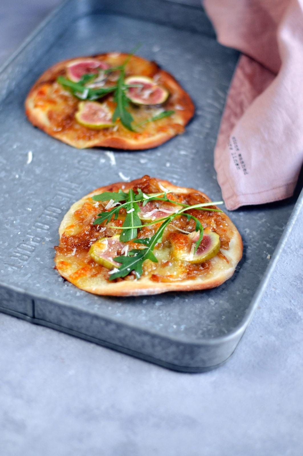 Mini pizza z karmelizowaną cebulą, świeżą figą i mozzarellą