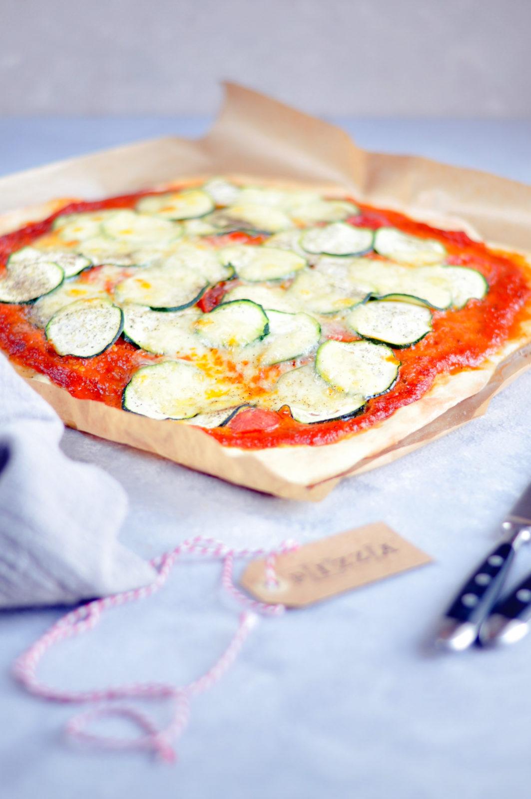 Pizza z cukinią, pomidorkami i mozzarellą